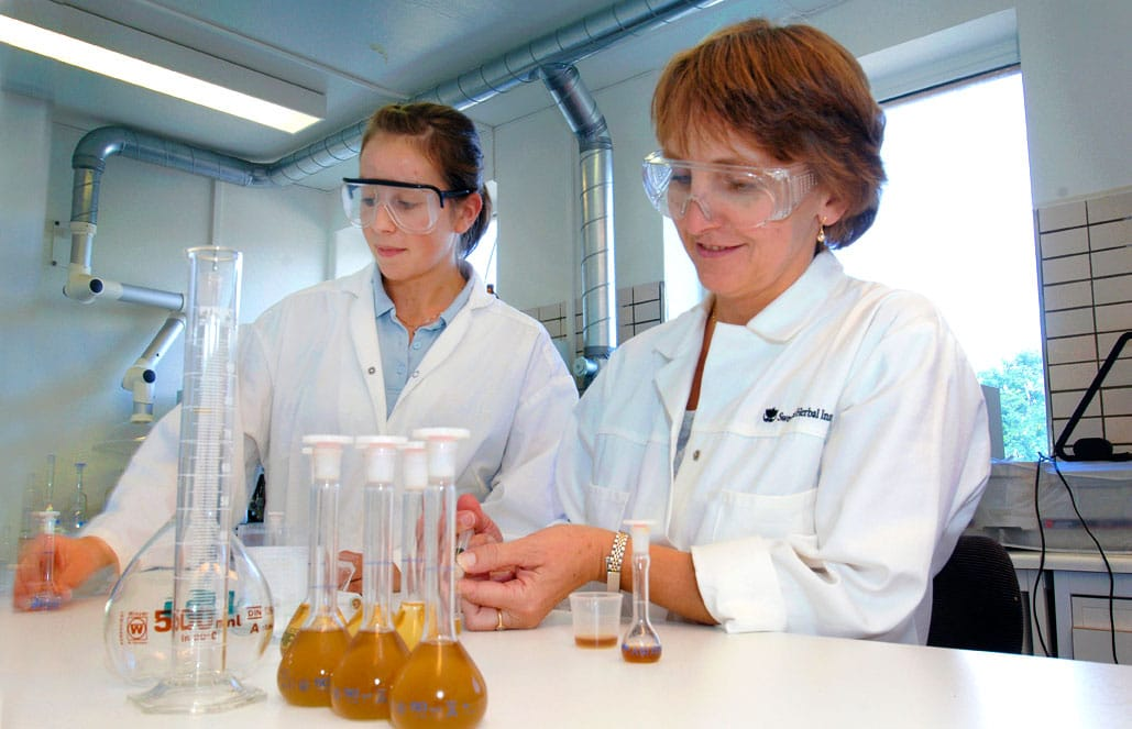 två kvinnor i labbet på svenska örtmedicinska institutet